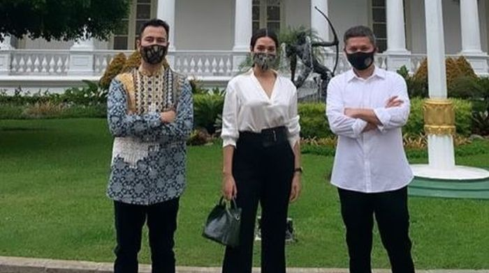 https: img.okezone.com content 2020 07 17 194 2248254 datang-ke-istana-negara-tampilan-raisa-dengan-masker-undang-decak-kagum-pwvR3JDkB6.jpg