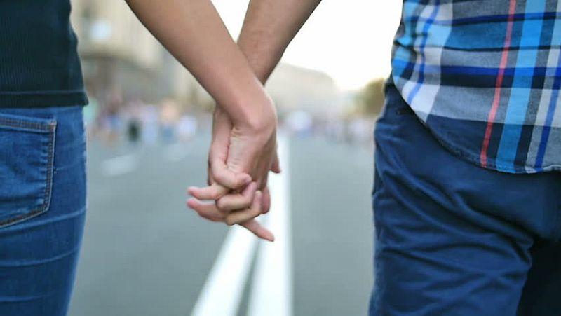 https: img.okezone.com content 2020 07 17 196 2248195 4-cara-pasangan-pegang-tanganmu-ternyata-ada-artinya-loh-wThQeOAFn0.jpg