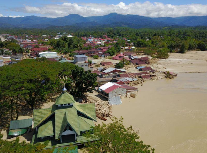 https: img.okezone.com content 2020 07 17 340 2248227 banjir-luwu-utara-lebih-3-ribu-keluarga-mengungsi-36-orang-meninggal-16-hilang-lWVuP1iIVs.jpg