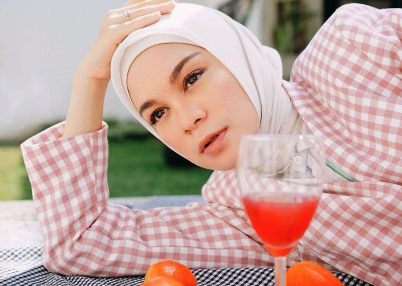 https: img.okezone.com content 2020 07 17 617 2247831 5-inspirasi-gaya-hijab-kekinian-tie-dye-1WlpY14oSf.JPG