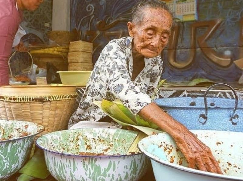 https: img.okezone.com content 2020 07 18 298 2248573 napak-tilas-mbah-lindu-legenda-kuliner-yogyakarta-kRCzXk0ZRC.jpg