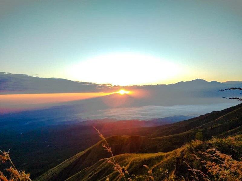 https: img.okezone.com content 2020 07 18 406 2248469 pesona-wisata-bukit-betitang-surga-pencinta-swafoto-berburu-sunrise-ovunJ97AvF.jpg