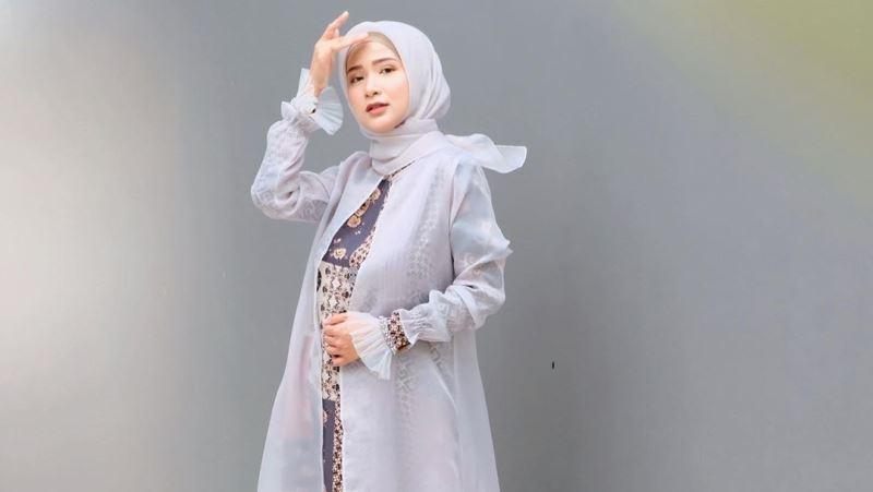 https: img.okezone.com content 2020 07 18 617 2248439 6-gaya-outfit-ussiy-fauziah-yang-cantik-berkelas-bisa-jadi-inspirasi-hijabers-Qy2H4nyx5i.jpg