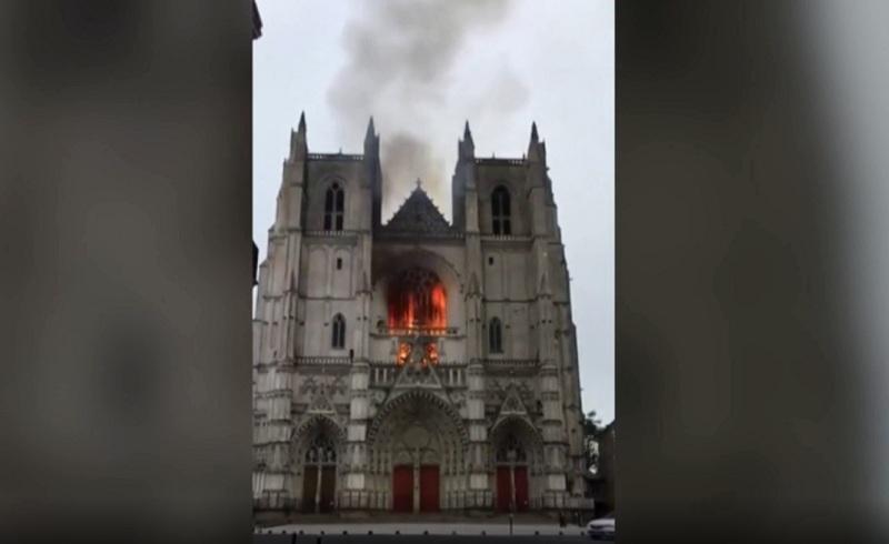 https: img.okezone.com content 2020 07 19 18 2248650 katedral-abad-15-prancis-diduga-dibakar-jaksa-gelar-penyelidikan-D9vQDhoikN.jpg