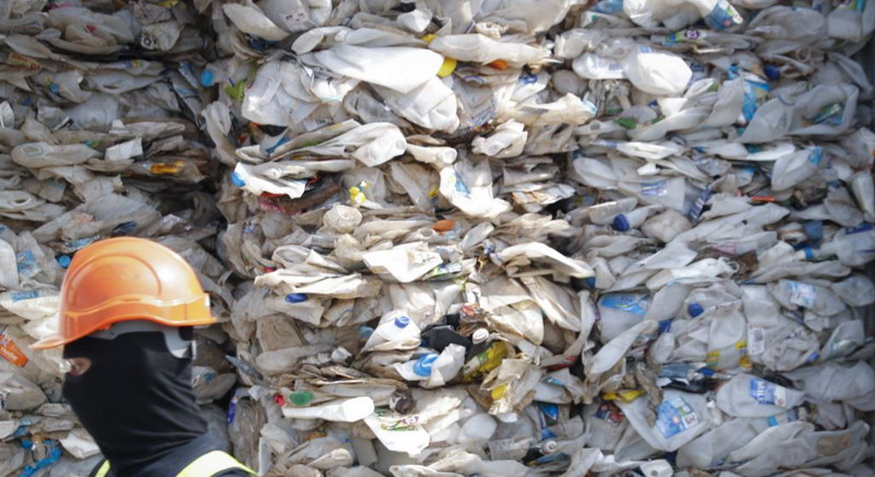 https: img.okezone.com content 2020 07 20 18 2248994 akan-dikirim-ke-indonesia-limbah-beracun-dari-rumania-ditemukan-di-malaysia-tCkYTisT2c.jpg