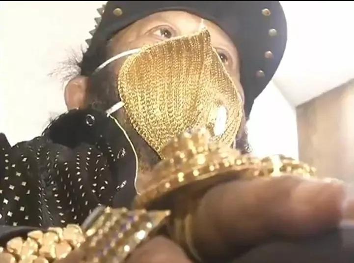 https: img.okezone.com content 2020 07 20 18 2249188 terobsesi-pria-di-india-kenakan-masker-emas-seharga-rp70-juta-tdWBtQTMCk.jpg