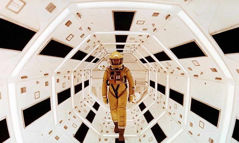 https: img.okezone.com content 2020 07 21 206 2249782 baju-astronot-di-film-2001-a-space-odyssey-laku-rp5-4-m-9E2QVMEaef.jpg