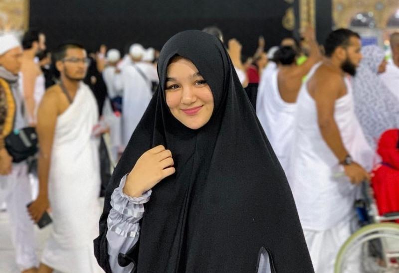 https: img.okezone.com content 2020 07 21 614 2249710 cantik-banget-pose-hana-hanifah-di-masjidil-haram-dan-masjid-nabawi-W7ALku3KPF.jpg