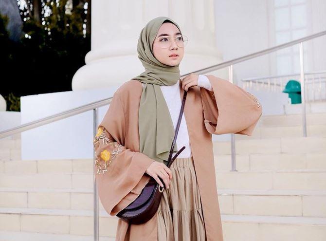 https: img.okezone.com content 2020 07 21 617 2249681 padu-padan-hijab-dan-topi-koleksi-selebgram-richa-etika-ulhaq-oxtMmfeOC7.JPG