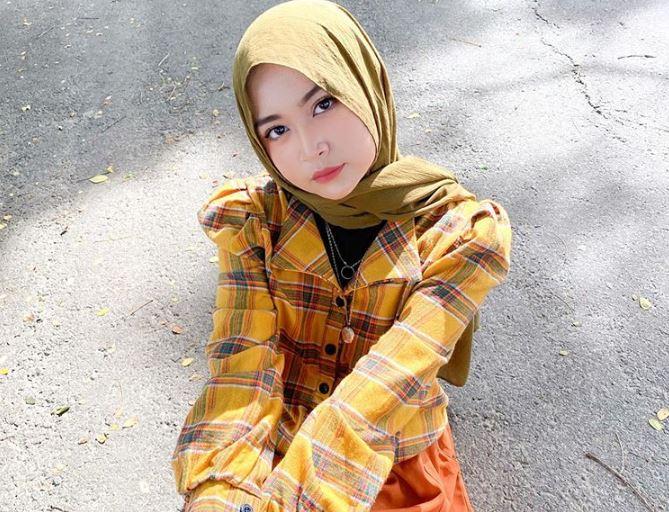 https: img.okezone.com content 2020 07 21 617 2249856 padu-padan-hijab-motif-tie-dye-kekinian-ala-selebgram-kartika-dewi-iifUTEt5bT.JPG