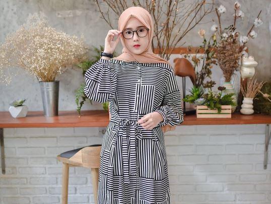https: img.okezone.com content 2020 07 21 617 2249994 5-inspirasi-gaya-hijab-kekinian-ala-amelia-yusana-gayanya-bak-gadis-korea-w2Ssg91NYS.JPG