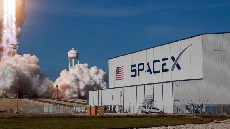 https: img.okezone.com content 2020 07 22 16 2250211 spacex-berhasil-menangkap-fairing-roket-falcon-9-aqvk2s8UeB.jpg