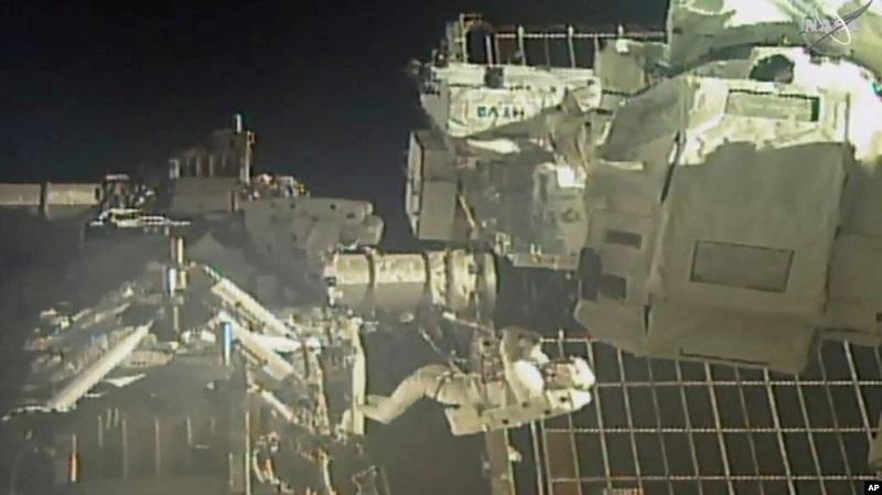 https: img.okezone.com content 2020 07 22 16 2250233 ganti-baterai-stasiun-luar-angkasa-dua-astronot-nasa-spacewalk-Hj3QLph01S.jpg