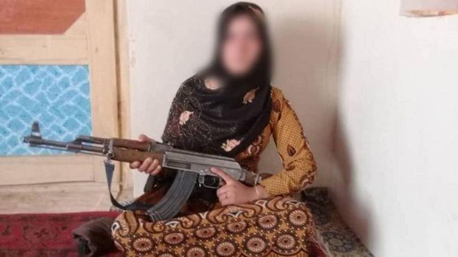 https: img.okezone.com content 2020 07 22 18 2250171 gadis-afghanistan-tembak-mati-tiga-militan-taliban-yang-bunuh-orangtuanya-tEwhDINJr0.jpg