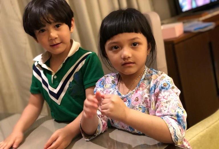 https: img.okezone.com content 2020 07 22 33 2250170 hari-anak-nasional-intip-deretan-putra-putri-artis-indonesia-yang-terkenal-sejak-lahir-nBLg6MtU7I.jpg