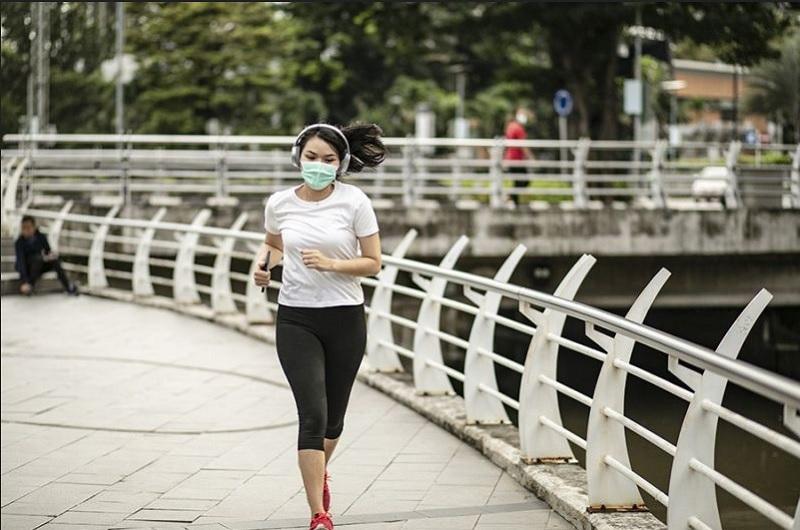 https: img.okezone.com content 2020 07 22 481 2250124 heboh-cuitan-anji-di-twitter-benarkah-pakai-masker-saat-olahraga-berbahaya-9LAikqAc56.jpg