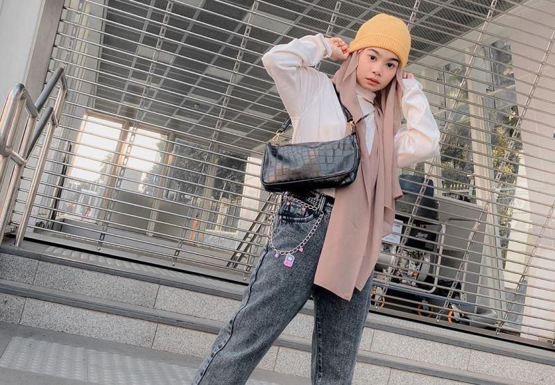 https: img.okezone.com content 2020 07 22 617 2250197 tampil-swag-dan-sporty-dengan-hijab-ala-selebgram-nola-clara-arsyi-auGk0QJSZJ.jpg