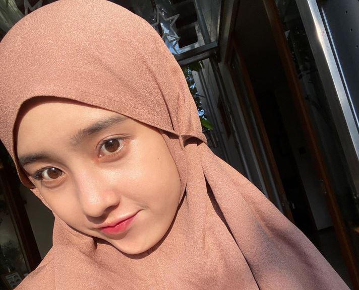https: img.okezone.com content 2020 07 22 617 2250318 gaya-hijab-turban-streetwear-style-ala-amelia-yusana-eXPwb4Xzhz.JPG