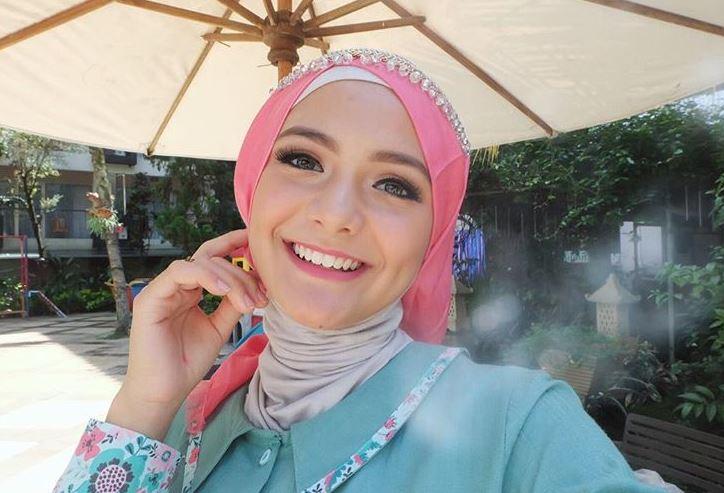 https: img.okezone.com content 2020 07 22 617 2250452 intip-potret-anggunnya-amanda-rawles-dalam-balutan-hijab-DeQj9CEsDI.JPG
