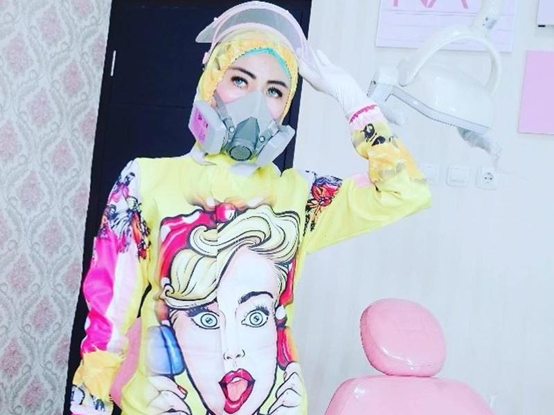 https: img.okezone.com content 2020 07 23 194 2250937 5-gaya-dokter-gigi-cantik-nina-agustin-dengan-apd-fashionable-7erqyChM7c.jpg