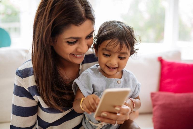 https: img.okezone.com content 2020 07 23 196 2250779 hari-anak-nasional-begini-cara-atasi-kecanduan-main-gadget-pada-si-kecil-zer3c7qdNN.jpg