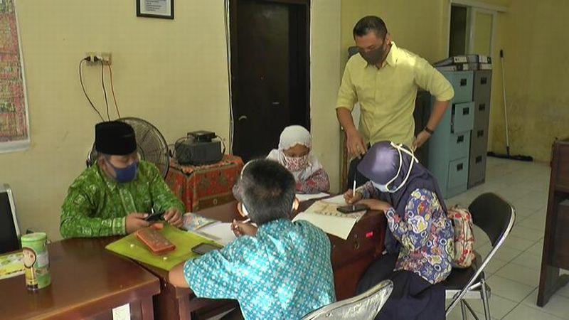 https: img.okezone.com content 2020 07 23 337 2250794 hari-anak-nasional-potret-siswa-numpang-wifi-di-kelurahan-untuk-belajar-online-ZIlLyQX5uD.jpg