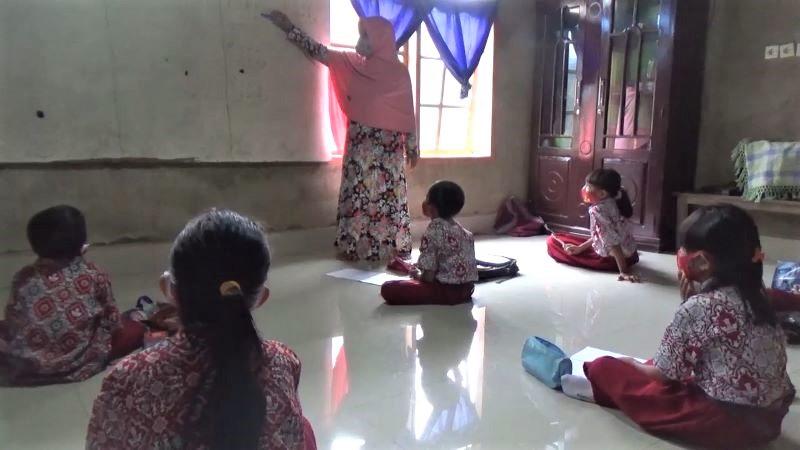 https: img.okezone.com content 2020 07 23 340 2250949 guru-di-kendari-keliling-rumah-siswa-tak-punya-handphone-untuk-belajar-online-O7nEeqx467.jpg