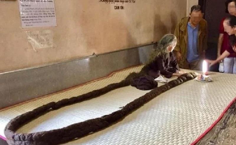 https: img.okezone.com content 2020 07 23 612 2250886 ngeri-nenek-ini-memiliki-rambut-seperti-ular-piton-deDaldRzCr.jpg