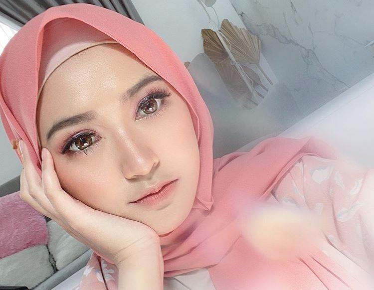 https: img.okezone.com content 2020 07 23 617 2251134 5-inspirasi-busana-hijab-mix-match-overall-sari-endah-pratiwi-hingga-nadian-raulya-9n8m0uddqs.jpg