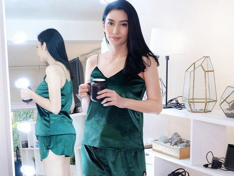 https: img.okezone.com content 2020 07 24 194 2251446 intip-4-gaya-artis-cantik-pakai-baju-tidur-tetap-memesona-sjMmXzJUvP.jpg