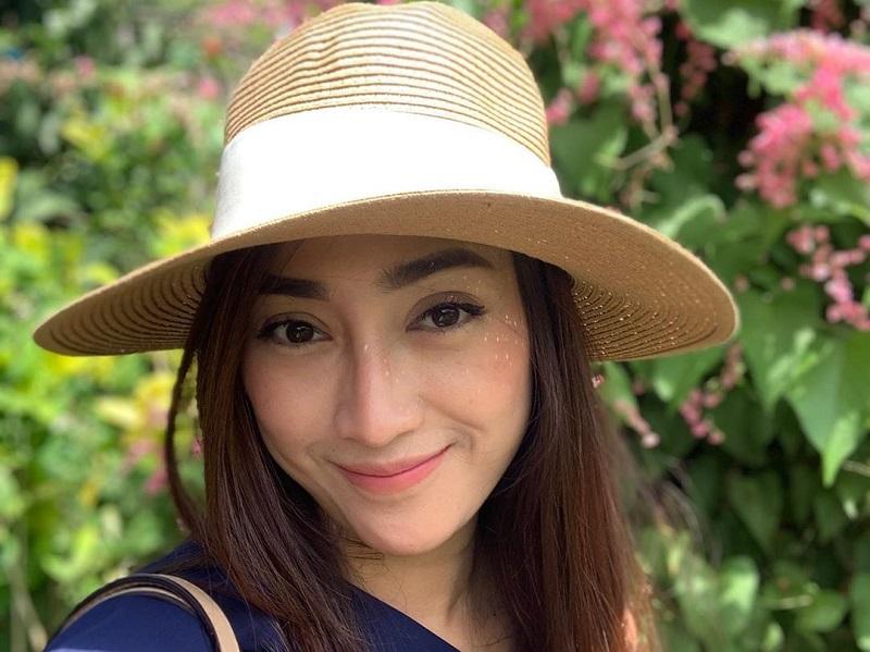 https: img.okezone.com content 2020 07 24 194 2251527 5-pesona-astri-danuantari-manajer-cantik-dokter-reisa-broto-asmoro-FxbyRup7tM.jpg