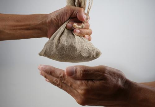https: img.okezone.com content 2020 07 24 614 2251503 kisah-pedagang-ikhlas-sedekah-langsung-kaya-raya-berkat-mutiara-di-perut-ikan-BqJt9xP72K.jpeg