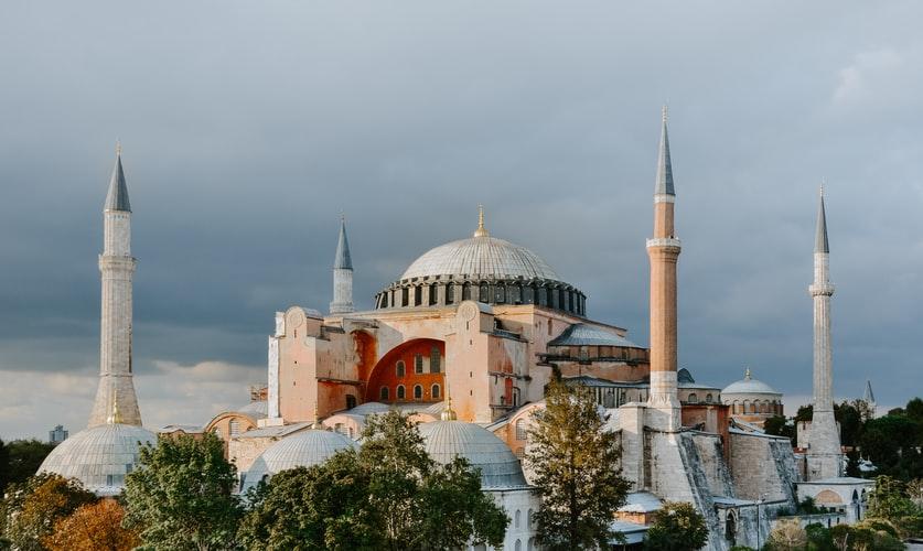 https: img.okezone.com content 2020 07 24 614 2251654 shalat-jumat-perdana-di-hagia-sophia-terbuka-untuk-muslim-dan-muslimah-9sEXfMFfFs.jpg