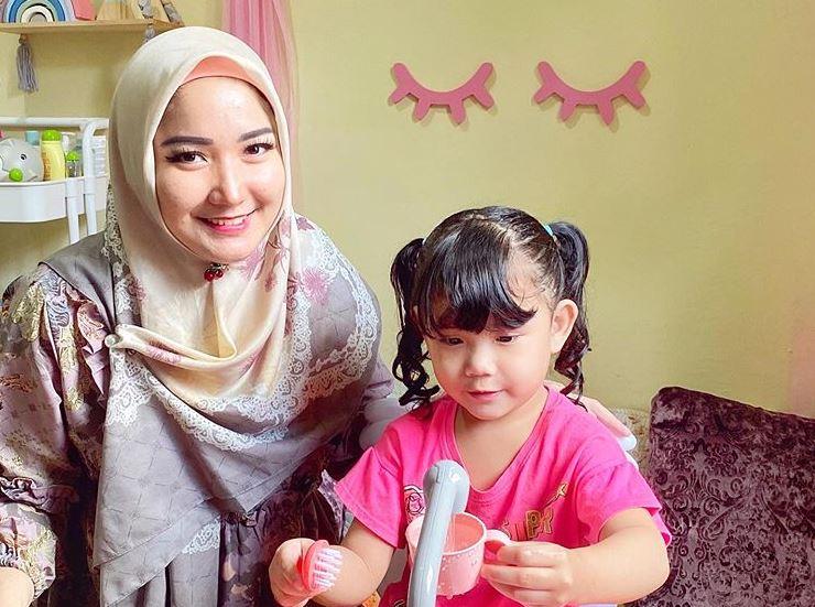https: img.okezone.com content 2020 07 24 617 2251286 resmi-kenakan-hijab-intip-5-tampilan-baru-ratu-ftv-winda-khair-R64JzaulRP.JPG