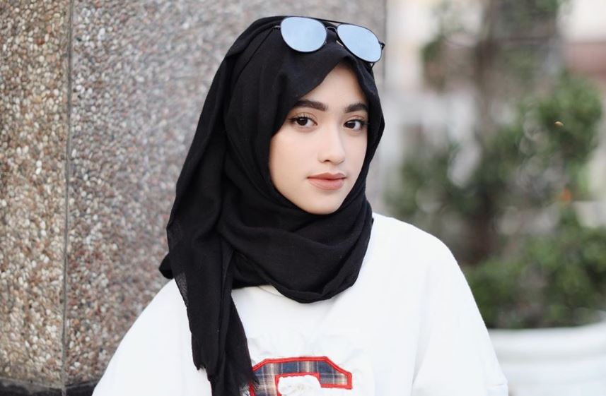 https: img.okezone.com content 2020 07 24 617 2251315 4-inspirasi-gaya-busana-hijab-monokrom-trendi-ala-shirin-al-athrus-LgXvXmP1JN.JPG