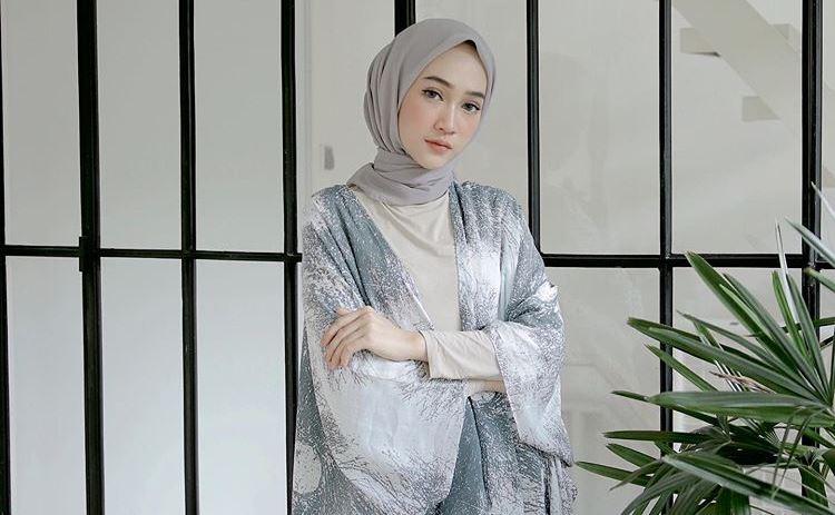 https: img.okezone.com content 2020 07 24 617 2251644 cocok-untuk-hangout-ini-6-inspirasi-busana-hijab-denim-ala-sinta-sri-antan-HLfOOdyFtD.jpg