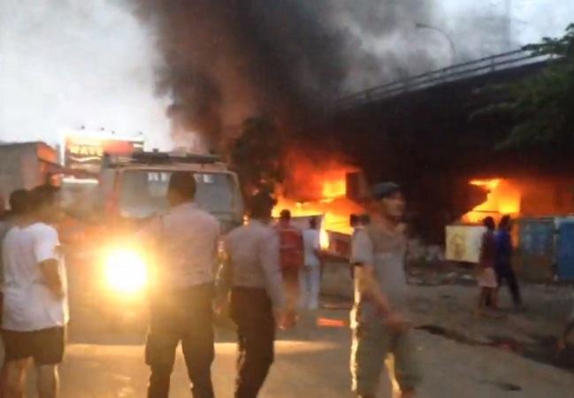 https: img.okezone.com content 2020 07 25 340 2252116 kebakaran-di-flyover-merak-lalu-lintas-sempat-ditutup-t49gqZ7jhb.jpg