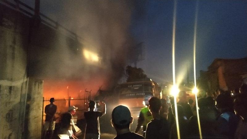 https: img.okezone.com content 2020 07 25 340 2252121 kebakaran-di-flyover-merak-berasal-dari-bengkel-tak-ada-korban-jiwa-yC0wgm4kpt.jfif