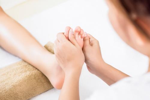 https: img.okezone.com content 2020 07 26 481 2252232 segarkan-tubuh-dengan-terapi-pijat-sehatkah-HGZ8bgnn9U.jpg