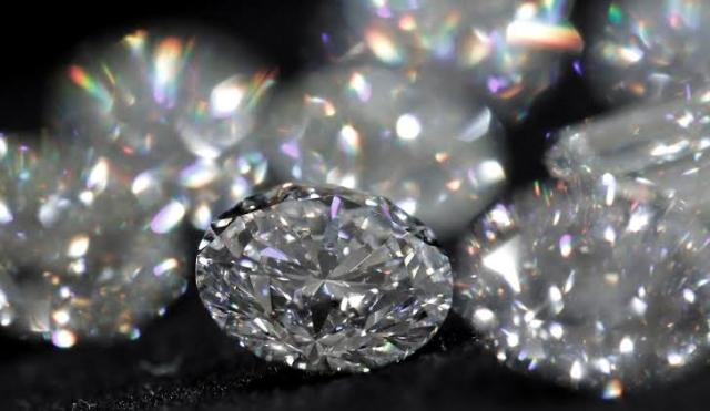 https: img.okezone.com content 2020 07 27 18 2252734 temukan-berlian-seharga-rp975-juta-petani-miskin-india-kaya-mendadak-XnXpreKmem.jpg