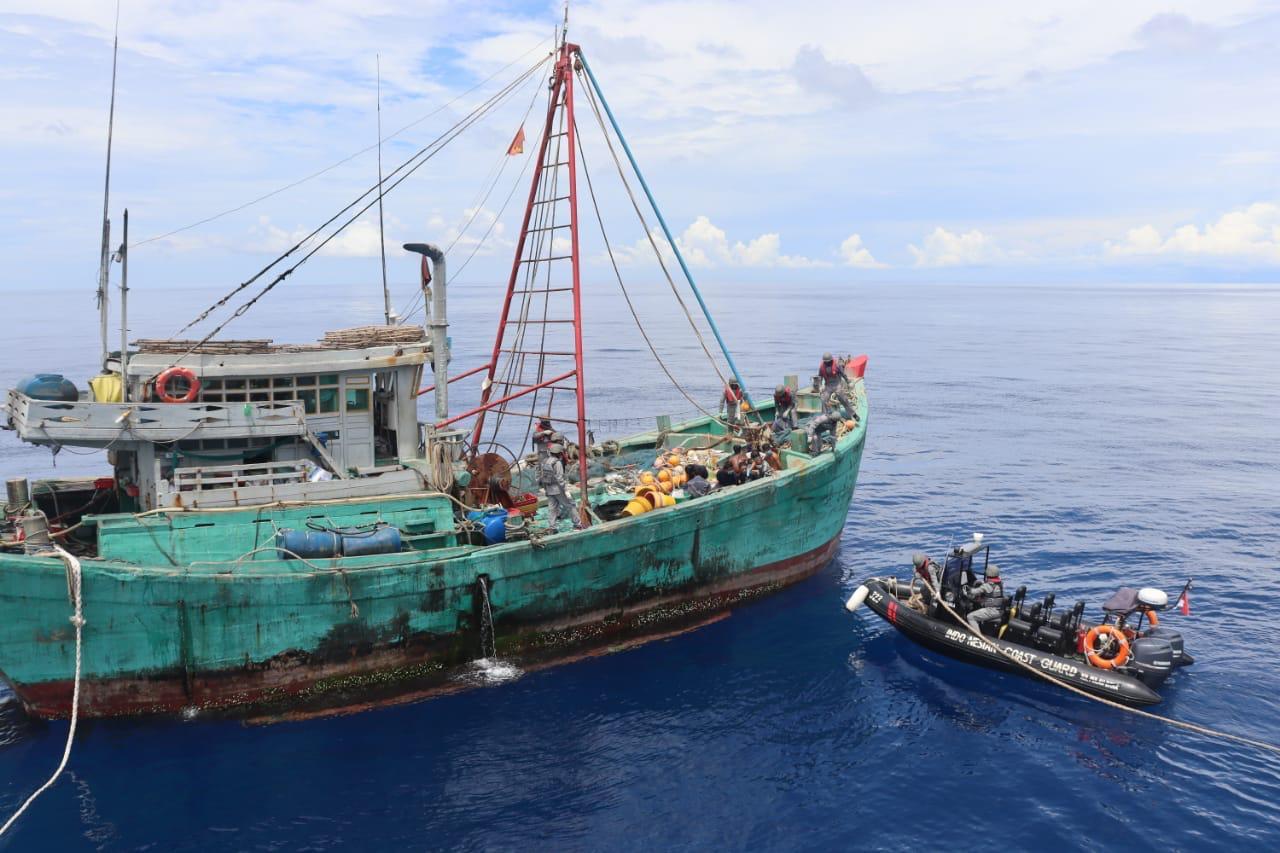 https: img.okezone.com content 2020 07 27 340 2252467 bakamla-sergap-kapal-pencuri-ikan-dari-vietnam-di-natuna-utara-8TYOKXT9cj.jpg