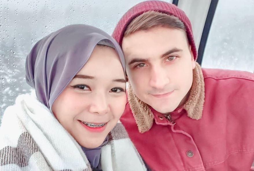 https: img.okezone.com content 2020 07 27 617 2253025 paduan-kompak-pasangan-muslim-indonesia-turki-isti-al-qadri-dan-musab-duzenli-blc4Zf0YSQ.JPG