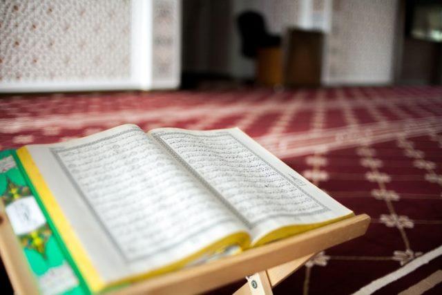 https: img.okezone.com content 2020 07 28 330 2253309 kandungan-surah-al-maidah-ayat-48-kitab-allah-pedoman-paling-baik-Pgz05rnybl.jpg