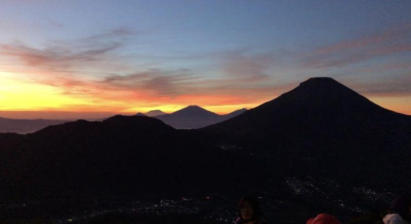 https: img.okezone.com content 2020 07 28 406 2253419 menikmati-panorama-8-gunung-dan-golden-sunrise-di-puncak-bukit-sikunir-keren-deh-dJQKTO3tpS.jpg