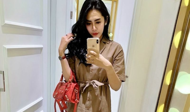 https: img.okezone.com content 2020 07 29 194 2253872 4-gaya-vernita-syabilla-doyan-mirror-selfie-awas-imanmu-bisa-goyah-Yh1Xv5aXdv.jpg
