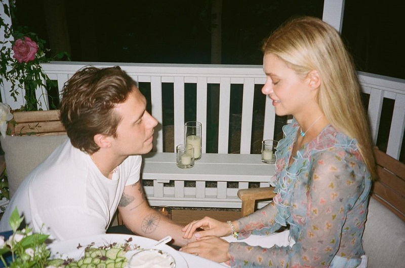https: img.okezone.com content 2020 07 29 33 2254220 momen-romantis-saat-brooklyn-beckham-berlutut-melamar-nicola-peltz-crjiVSwndb.jpg