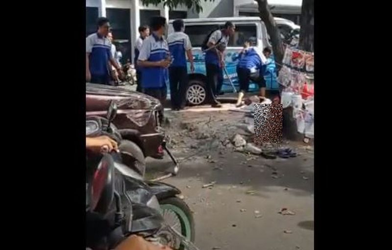 https: img.okezone.com content 2020 07 29 519 2254054 viral-dua-pedagang-masker-tewas-tertabrak-minibus-Y4x6XaXGYJ.jpg
