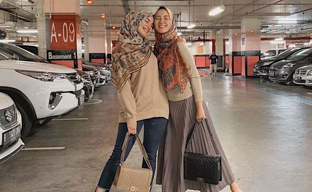 https: img.okezone.com content 2020 07 29 617 2253881 5-inspirasi-kompak-fashion-hijab-ala-kakak-adik-erica-putri-dan-citra-kirana-GJvDOTkxy0.jpg