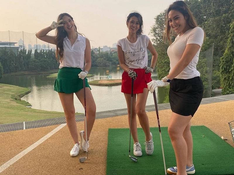 https: img.okezone.com content 2020 07 30 194 2254766 gaya-sporty-nia-ramadhani-main-golf-bareng-kakak-ipar-dan-ayu-dewi-N6YUgQGX4U.jpg