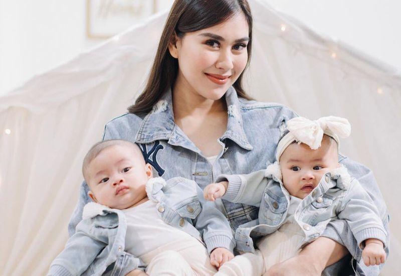 https: img.okezone.com content 2020 07 30 196 2254686 gemasnya-mama-muda-syahnaz-sadiqah-mengasuh-anak-kembarnya-zayn-dan-zunaira-sI6fOmDS1e.jpg